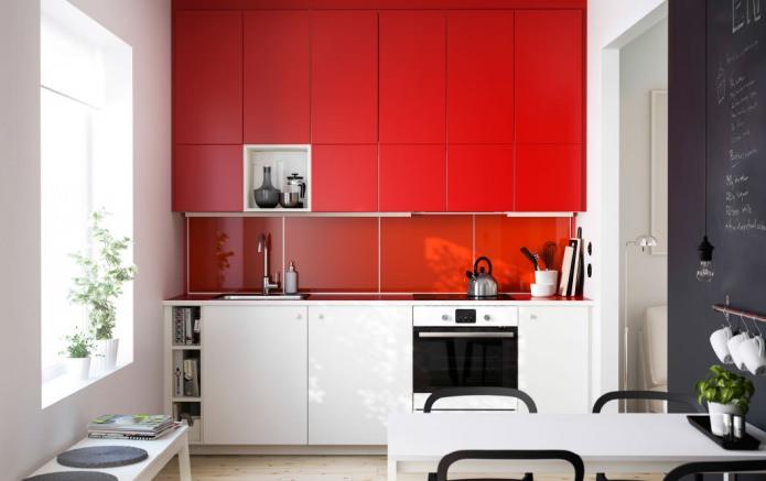 Потрясающий дизайн интерьера кухни в красно-белой гамме