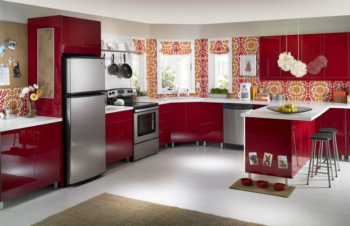 Потрясающий дизайн интерьера кухни в сочном красном цвете с цветочными принтами на стенах