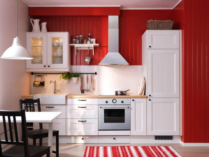 Потрясающий дизайн интерьера белой кухни на фоне красной стены
