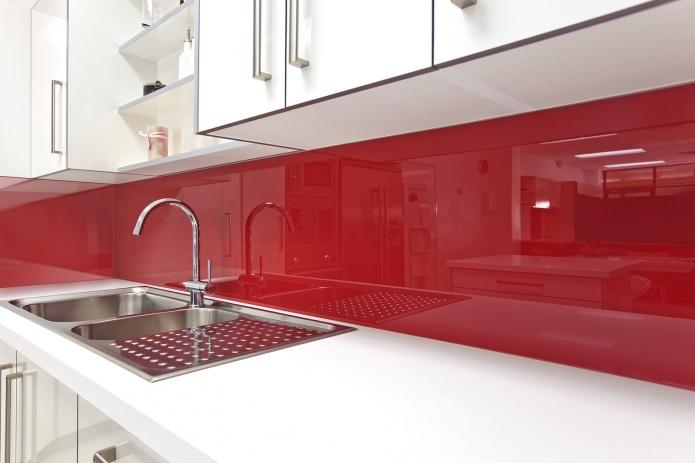 Потрясающий дизайн интерьера белой кухни с красным стеклянным фартуком