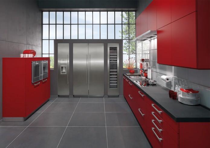 Потрясающий дизайн интерьера кухни в сочном красном цвете с бытовой техникой из нержавеющей стали