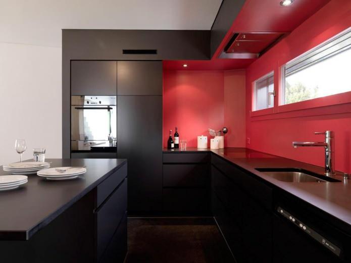 Потрясающий дизайн интерьера чёрной кухни с красным фартуком