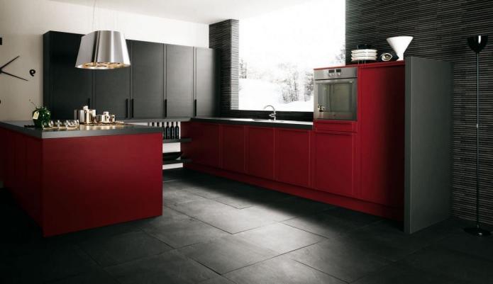 Потрясающий дизайн интерьера красной кухни с чёрными верхними шкафчиками