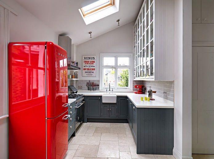 Потрясающий лофт-дизайн интерьера кухни с ярко-красным ретро-холодильником