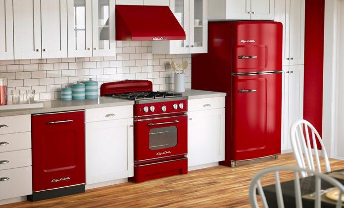 Потрясающий дизайн интерьера белой кухни с бытовой техникой в красном цвете