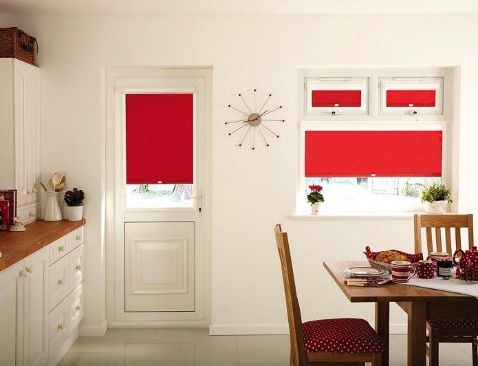 Потрясающий дизайн интерьера белой кухни с красными акцентами