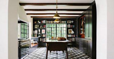Чёрная кухня в интерьере с роскошной плиткой