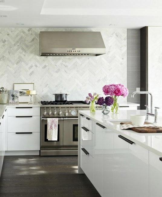 Чёрно-белая кухня в интерьере: прославленный каррарский мрамор на всей задней стене