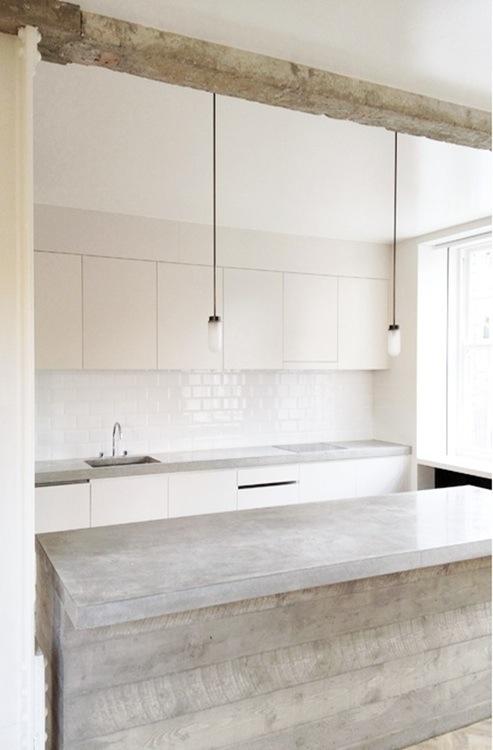 Чёрно-белая кухня в интерьере: блестящая и аккуратная