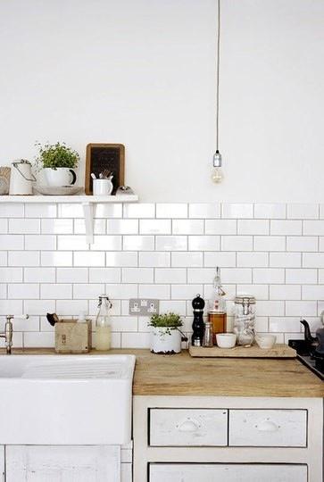 Чёрно-белая кухня в интерьере: привлекательный фартук раковины, плитка метро