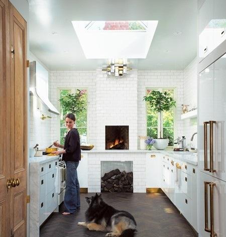 Чёрно-белая кухня в интерьере: тёплые искры латуни в белоснежном просторе