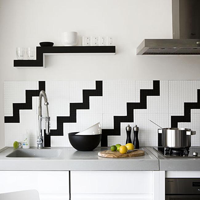 Чёрно-белый геометрический рисунок в оформлении кухонного фартука