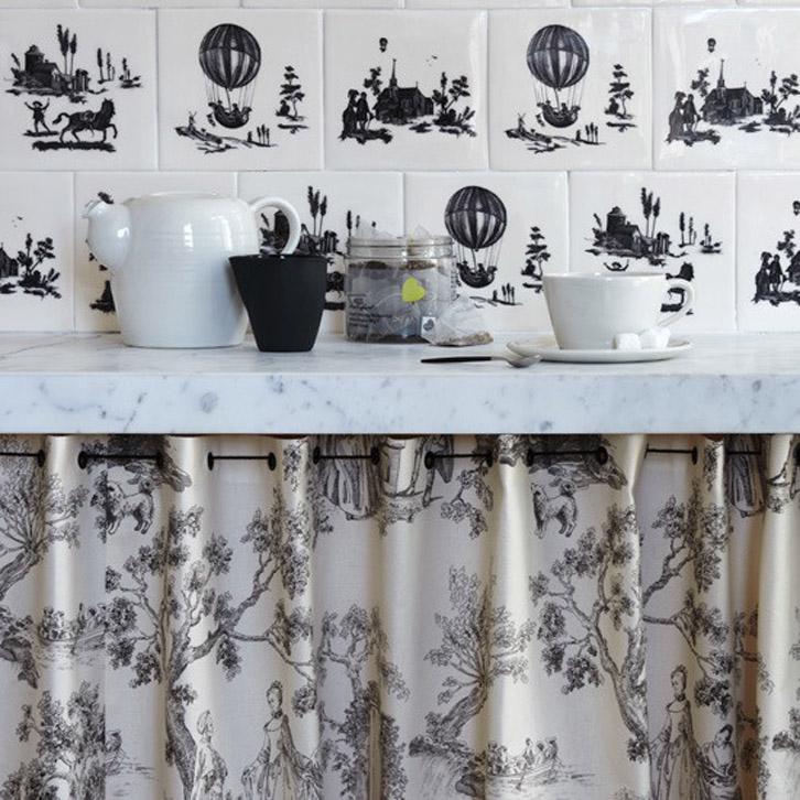 Чёрно-белый узор на кухонной плитке