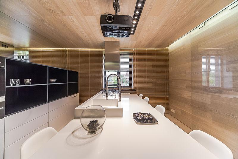 Современные кухни в стиле минимализм: оригинальное решение с кинопроектором от дизайнера Евгения Назарова