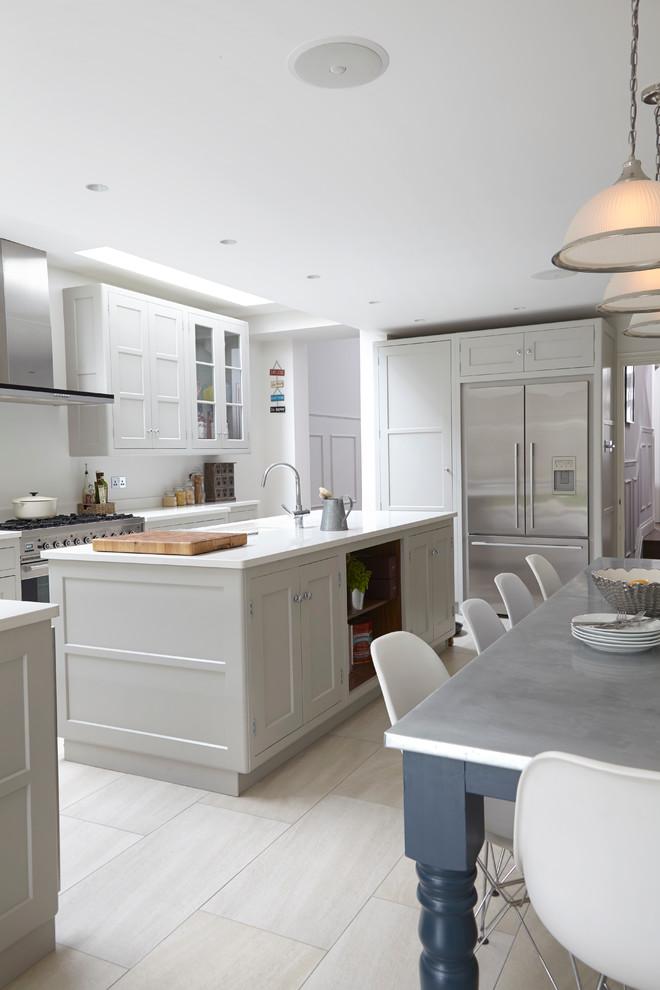 Островная кухня в белом цвете