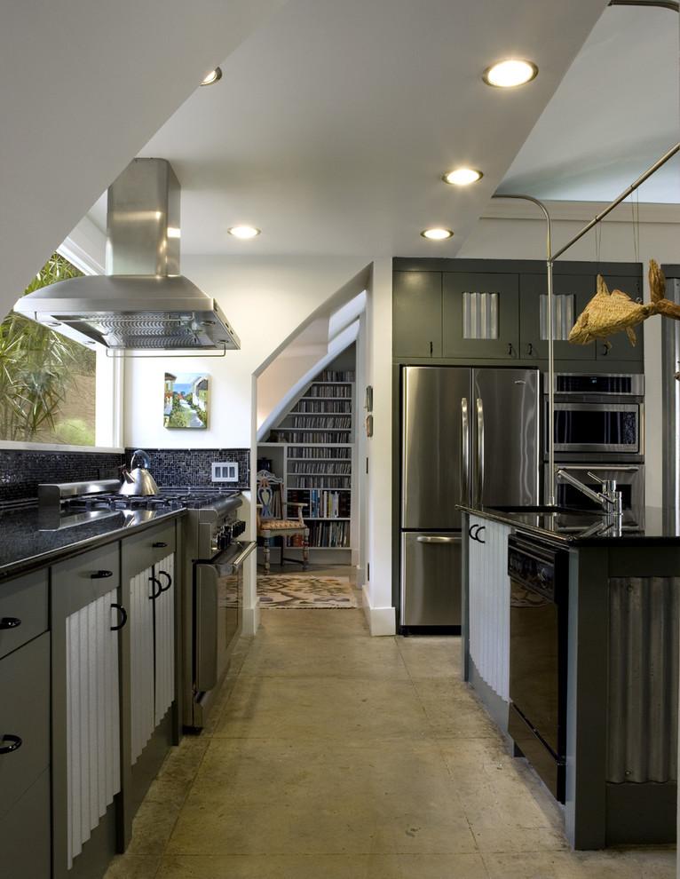 Темно-синее мозаичное панно на кухонном фартуке в дизайне от Frederick + Frederick Architects