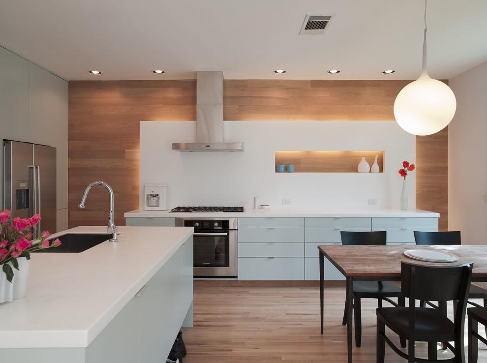 Кухонный гарнитур в нежно-голубых тонах от David Wilkes Builders