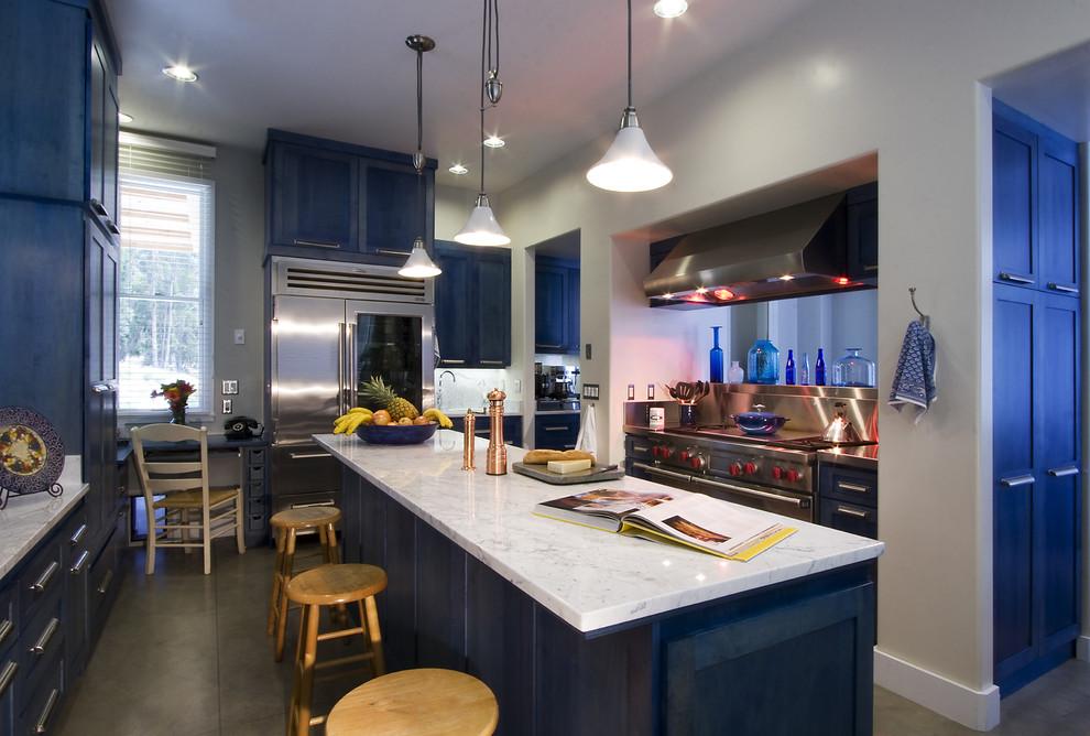 Гламурный дизайн интерьера кухни в оттенках сочного синего цвета от Leonard Grant Architecture