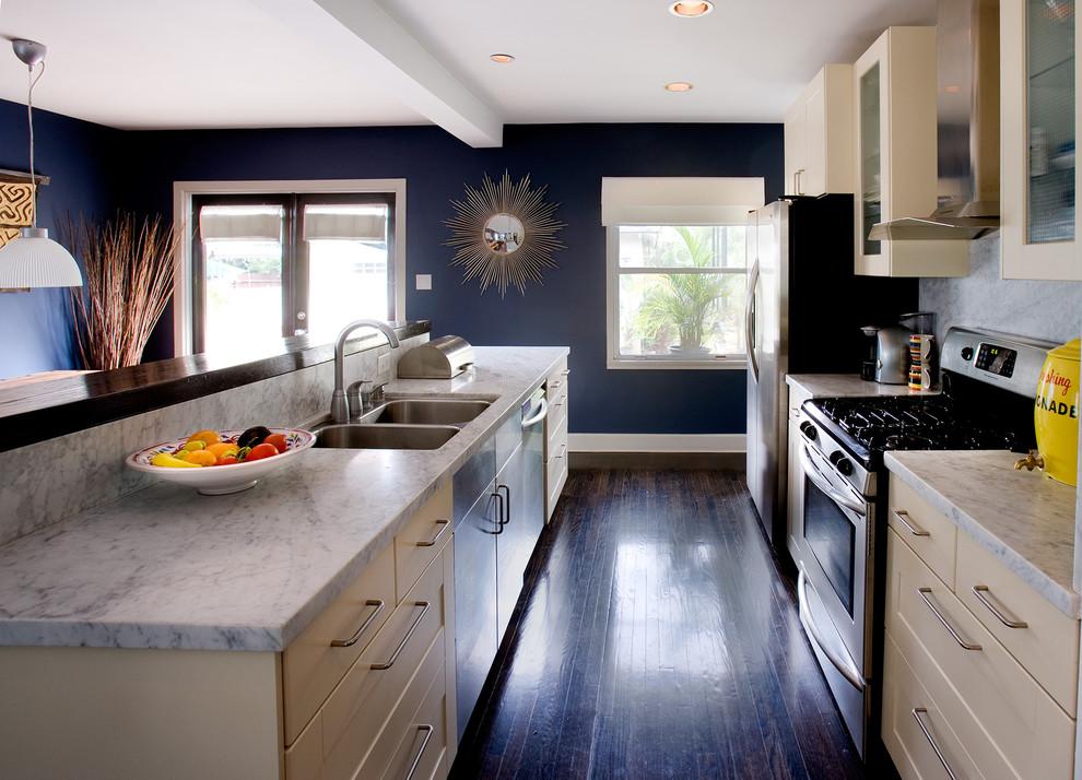 Тёмно-синие стены на фоне светлой мебели в интерьере кухни от Erica Islas / EMI Interior Design, Inc.