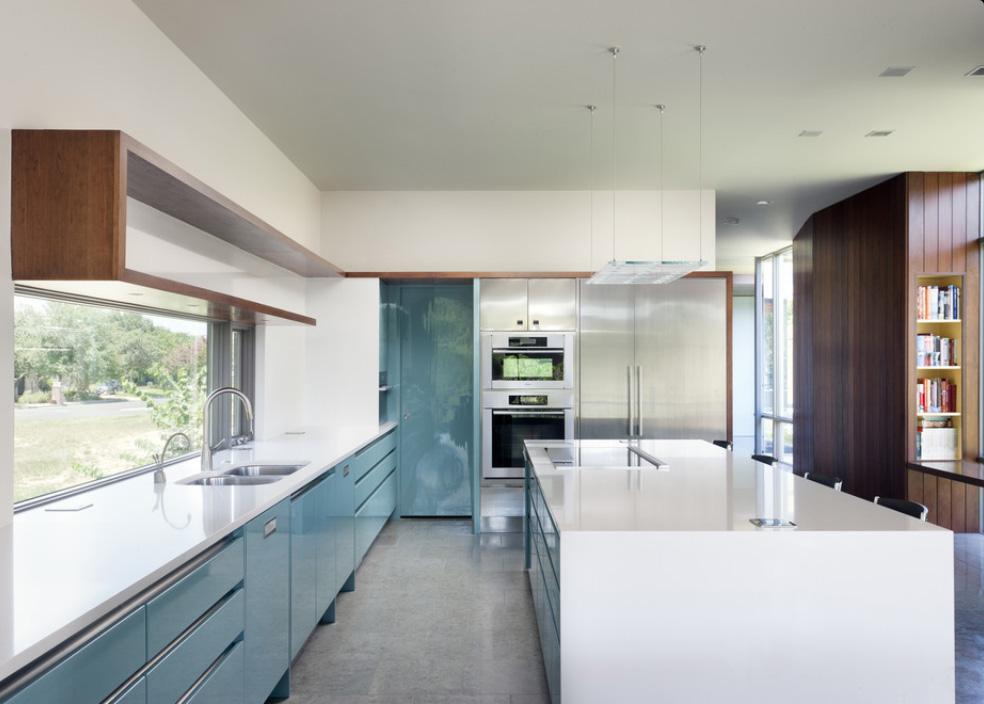 Восхитительный дизайн интерьера кухни в оттенках синего цвета