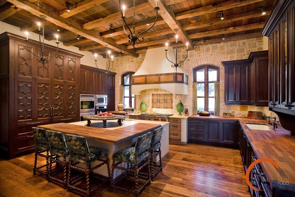 Стильный дизайн интерьера кухни из тёмного дерева от Palmer Todd