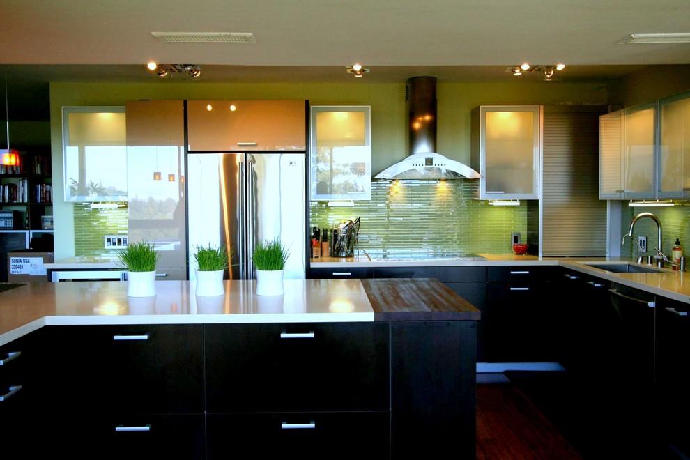 Стильный дизайн интерьера кухни в чёрном цвете с зелёной керамической плиткой на стенах