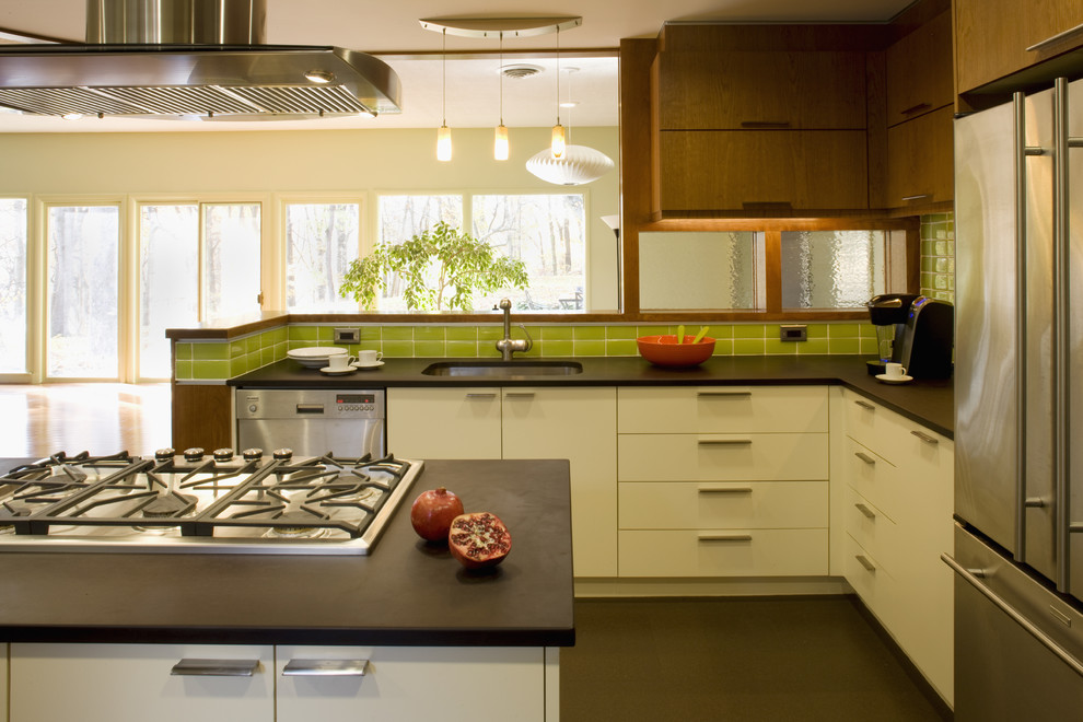 Яркий зелёный кухонный плинтус в интерьере кухни от Brennan + Company Architects
