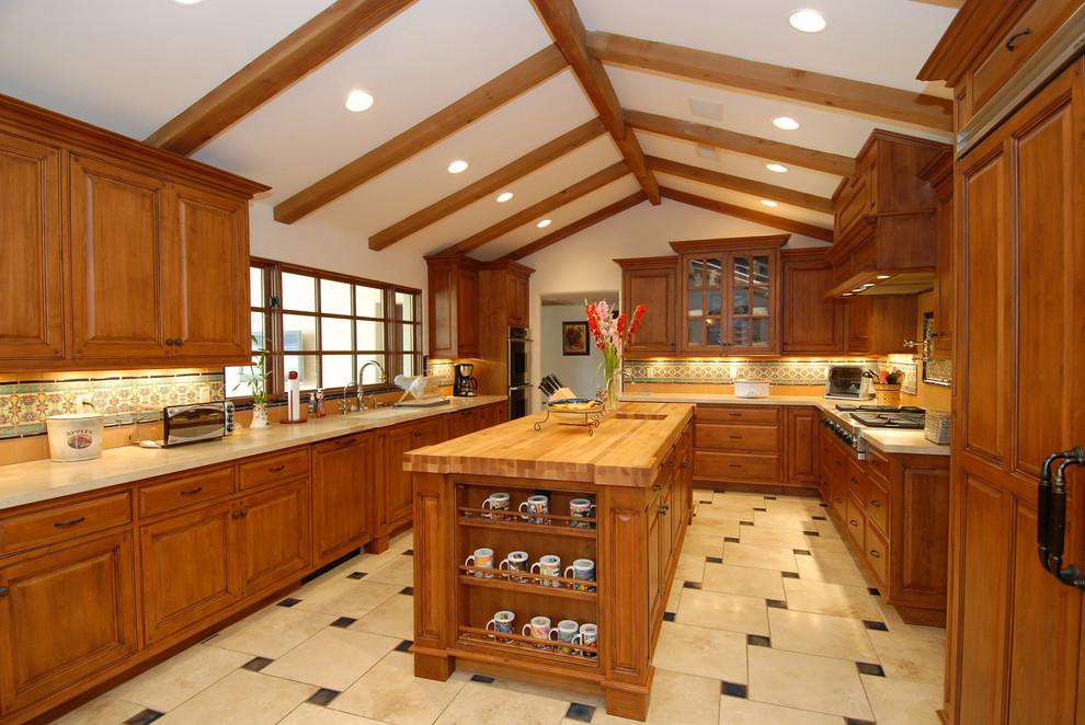 Стильный дизайн интерьера кухни из натурального дерева от Carson Poetzl, Inc.