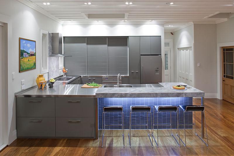 Стильный дизайн интерьера кухни в серой гамме от Du Bois Design Ltd