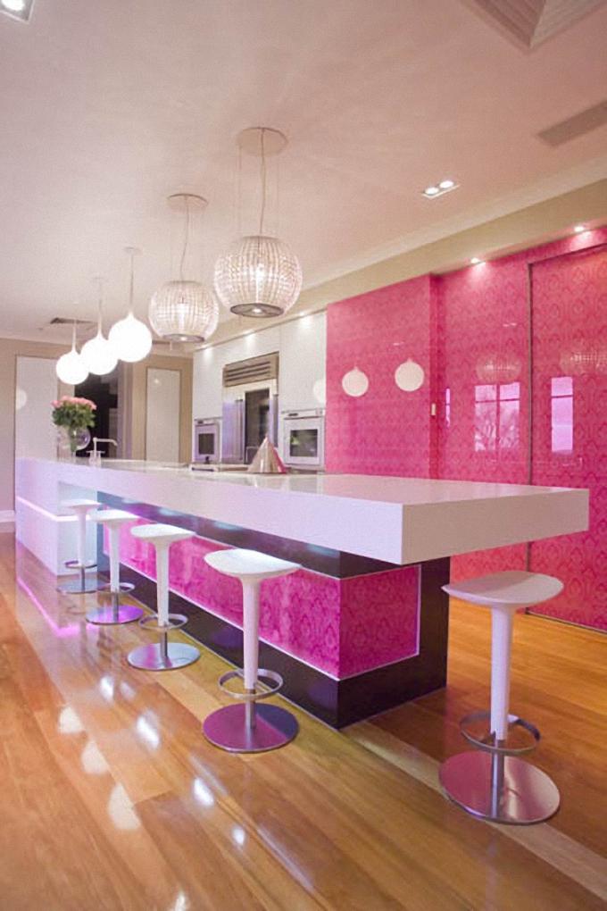 Стильный дизайн интерьера кухни в ярко-розовом цвете от Mal Corboy Design