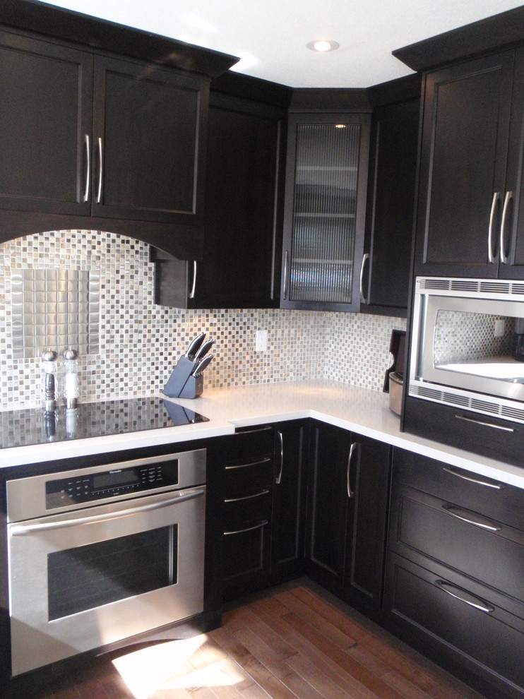 Стильный дизайн интерьера кухни в чёрном цвете от Emily Hagerman Design