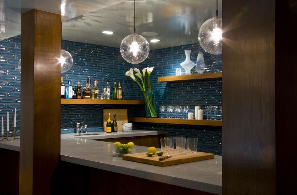 Синяя керамическая плитка в стильном дизайне  кухни от Amy Lau Design