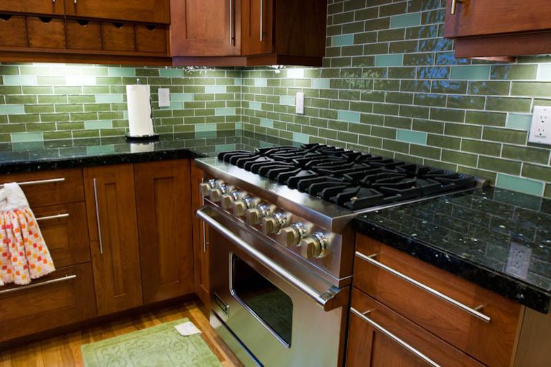 Зелёная керамическая плитка в оформлении кухонного фартука