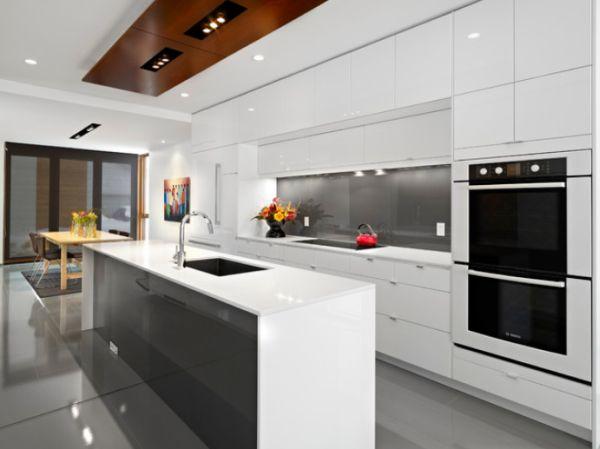 Минималистский дизайн интерьера кухни в белой гамме