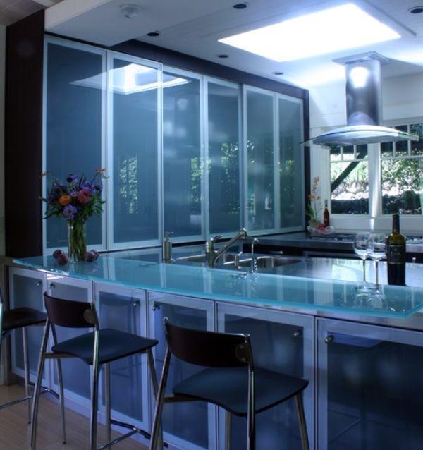 Стеклянная столешница бирюзового оттенка в дизайне кухни в синей гамме