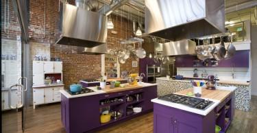 Стильный дизайн кухонного острова в яркой фиолетовой гамме