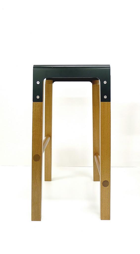 Барный табурет с чёрным сиденьем коллекции Sapele Composite от Cassels Design