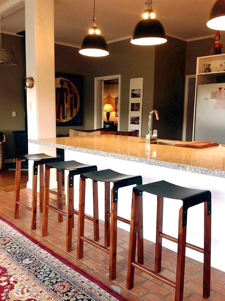 Черное сидение барного табурета коллекции Sapele Composite от Cassels Design