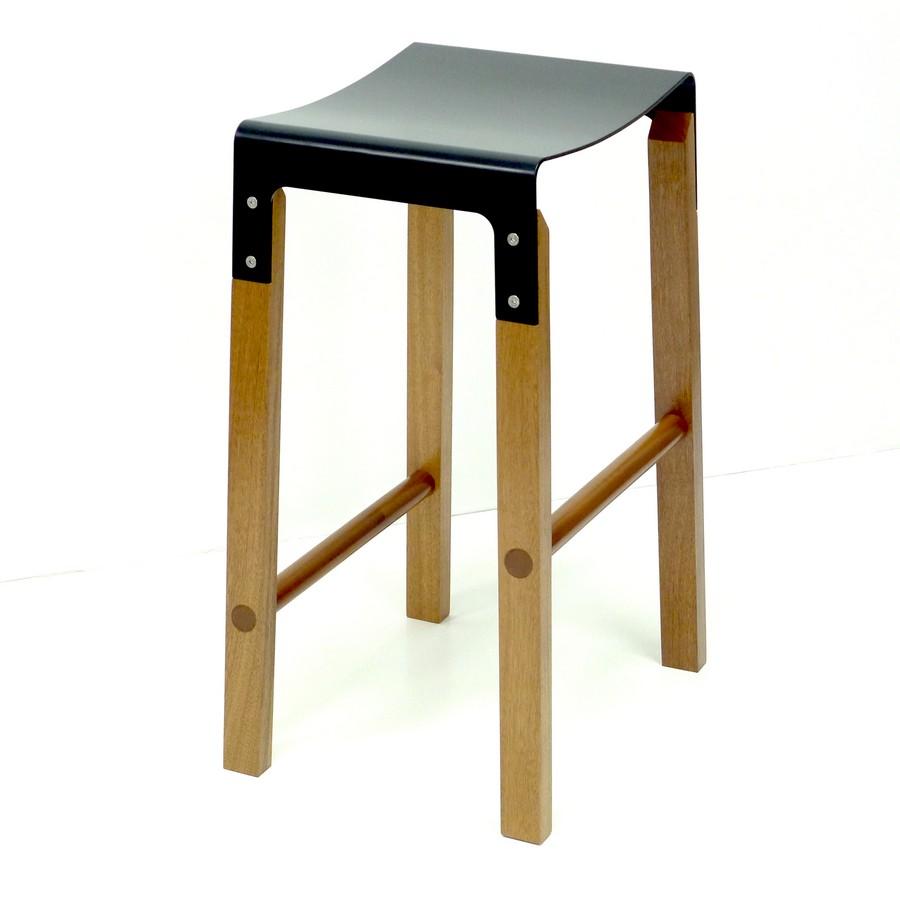Барный табурет с чёрным сиденьем из коллекции Sapele Composite от Cassels Design