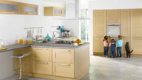 Кухонный гарнитур из светлого дерева в просторной кухне