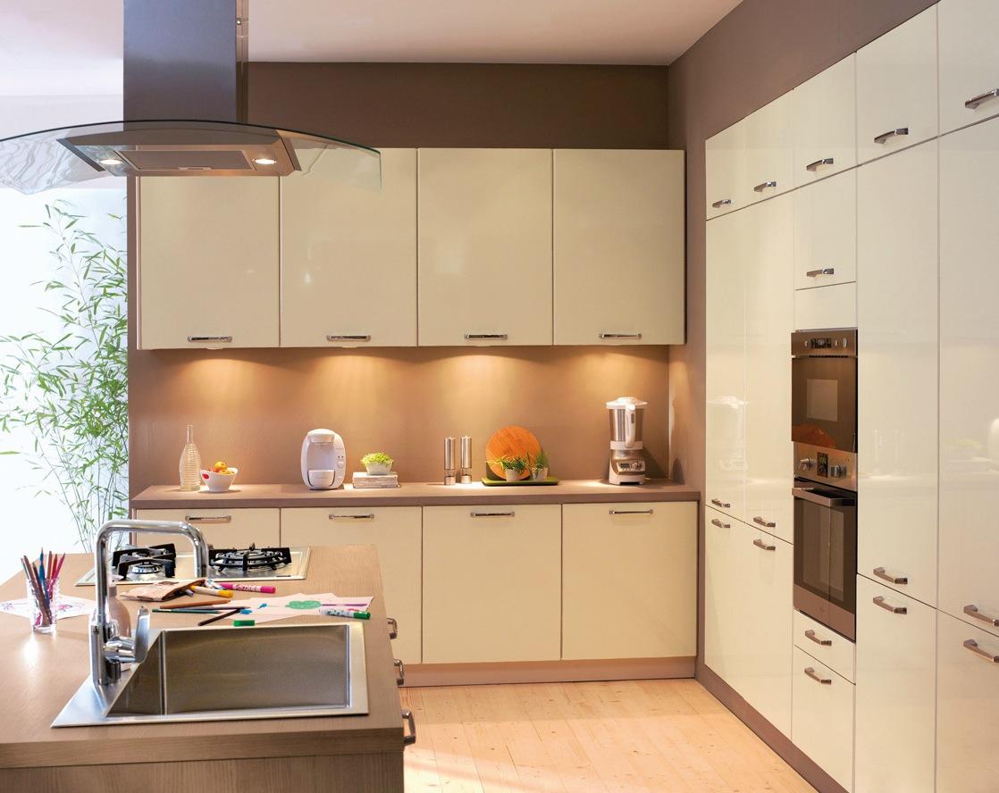 Минималистический дизайн интерьера глянцевой кухни в бежевой гамме