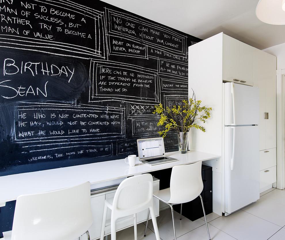 Чёрная грифельная стена с надписями в интерьере белой кухни