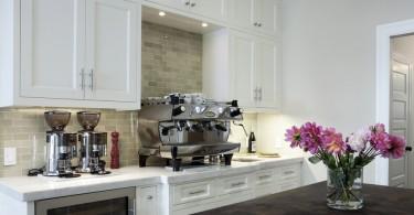 Стильное оформление домашнего кофе-центра в интерьере кухни