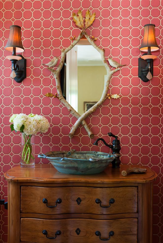 Яркий дизайн ретро-ванной: розовая шестиугольная плитка