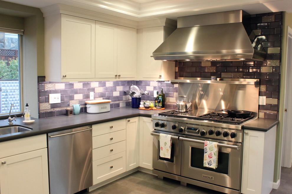 Яркий дизайн кухни: фиолетовая плитка