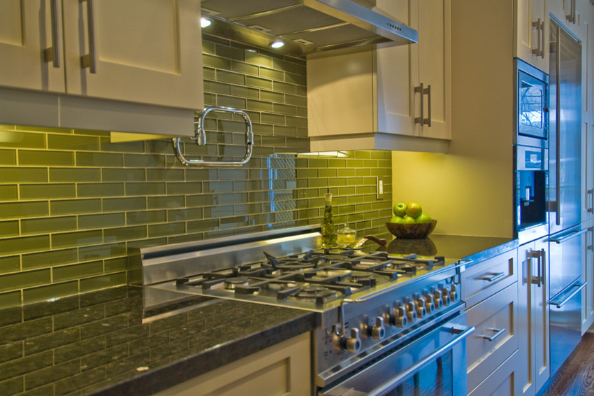 Яркий дизайн кухни: салатовая плитка в зоне фартука