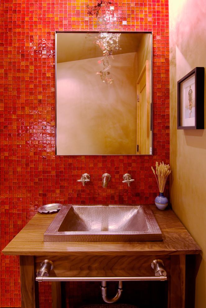 Яркий дизайн ванной: алая мозаичная стена