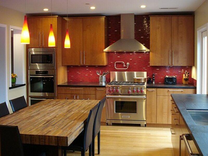 Яркий дизайн кухни: бордовая плитка