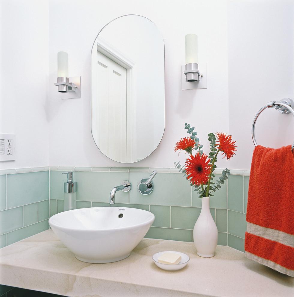 Яркий дизайн ванной: молочно-мятная плитка