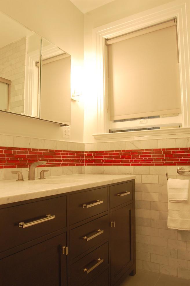 Яркий дизайн ванной: красная горизонтальная полоса на стене